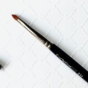 MAC Cosmetics_211_POINTED ANGLE BRUSH